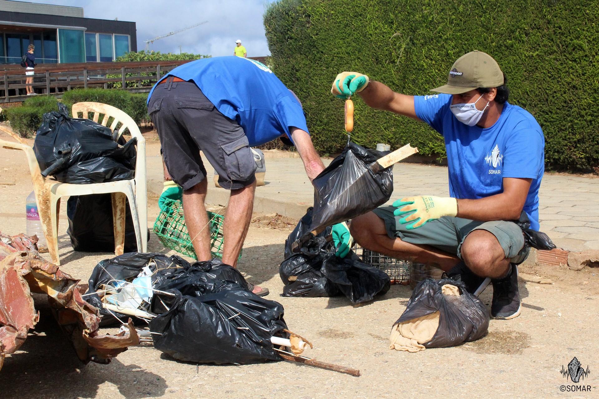 Praia do Camilo - pesagem do lixo